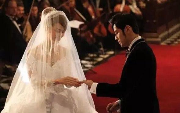 周杰伦和昆凌结婚钻戒 周杰伦娶了戴一千万钻戒的昆凌,却伤了一个戴一亿翡