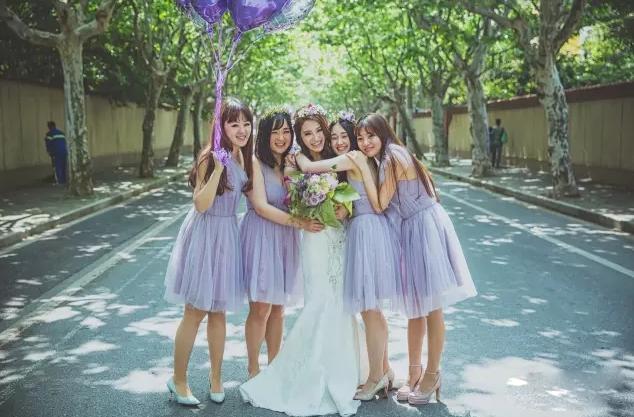 色站到_装饰婚房的气球,合影的时候照样能用,跟伴娘服同色系的紫色气球仙到飞