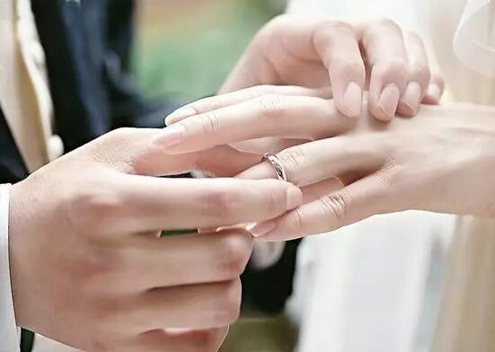 新人交换戒指的方式,