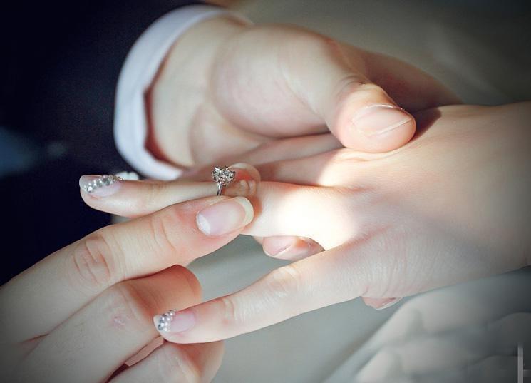 婚礼准备的珠宝首饰