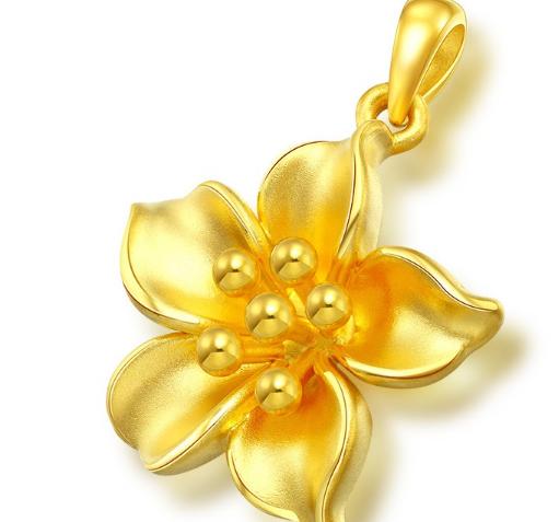 一般来说,女孩子选择黄金首饰可以选择小吊坠,和小巧可爱,设计精致的