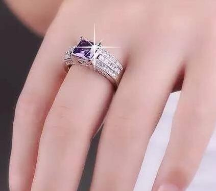 很多男男女女的手指上都戴着戒指,有的人戴在无名指,有的人戴在中指图片