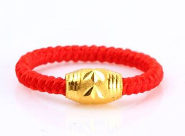 转运珠戒指是用红绳穿起来戴在手指上的戒指,根据左进右出的原则,如果