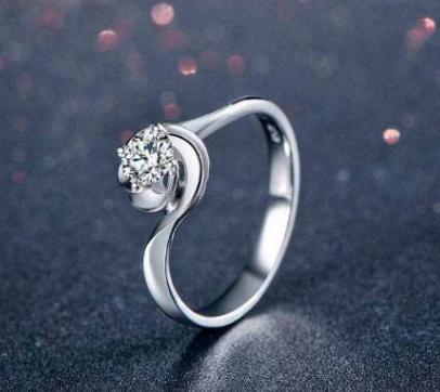 钻石戒指的戴法和意义  首先我们说下钻石戒指戴在右手上的不同含义