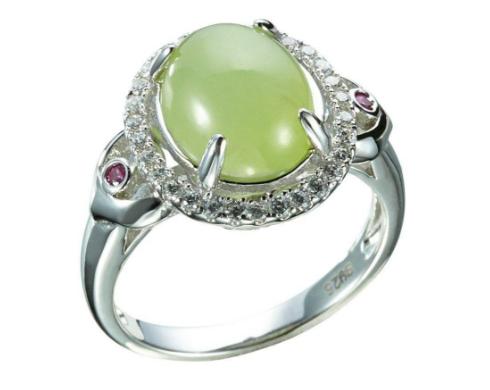 圆形以及椭圆形翡翠镶嵌戒指,蛋面形翡翠镶嵌戒指还是比较常见的.