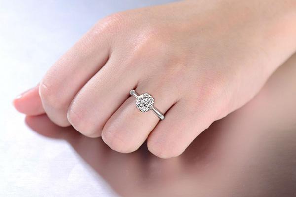 周大福0.5克拉钻石