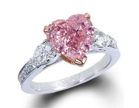 粉色钻石戒指