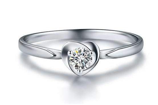 钻石戒指上有粉末是怎么回事
