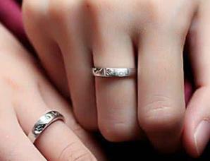 男生订婚戒指戴哪个手指