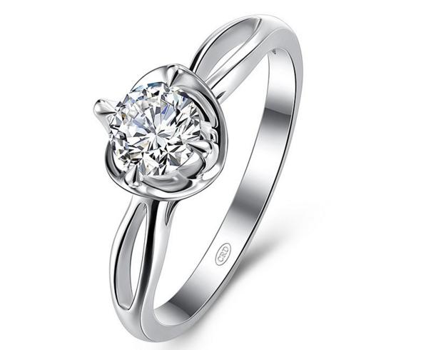 求婚钻戒和结婚钻戒的佩戴有什么区别